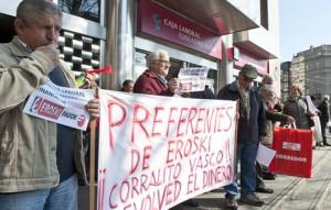 Afectados por las preferentes de Eroski protestan por su situacion FUENTE Deia