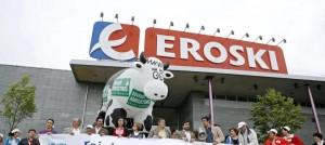 Afectados por las preferentes de Eroski se manifiestan ante sus centros FUENTE El Confidencial