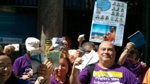 Afectados por preferentes en una manifestacion en Santiago de Compostela FUENTE La Sexta TV