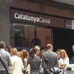 Trabajadores concentrados ante una de las sedes de Catalunya Caixa