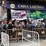 Afectados frente a una sede de Caixa Laietana