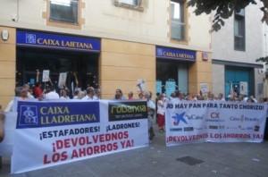 Afectados por las preferentes de Caixa Laietana en una de sus concentraciones en Mataro FUENTE Diario La Vanguardia