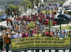 Asistentes a una manifestacion de preferentes y subordinadas gallegas en Santiago Compostela FUENTE Cadena SER
