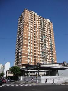 Cuando una promotora o cooperativa de viviendas vende pisos sobre plano debe contar con un seguro o aval bancario FUENTE es.wikipedia.org